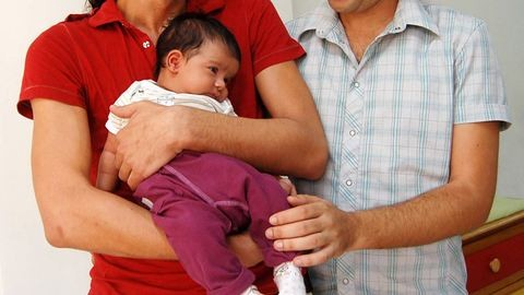 Egy 15 hónapos magyar kislány, akinek egy anyukája és két apukája van