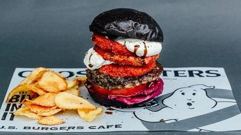 Fekete burgerrel várják a Szellemirtókat Japánban