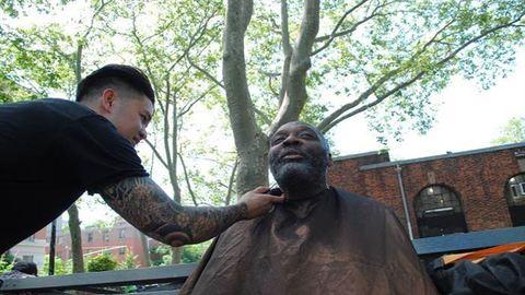 Hétvégenként ingyen vágja a hajléktalanok haját a celeb stylist