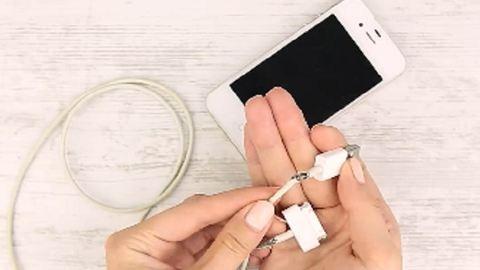 Ezzel a trükkel megóvhatod a telefonod töltőjét a szétszakadástól – videó