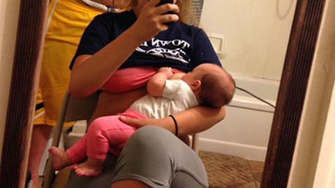 Íme az apa, aki mindent megtesz, hogy támogassa szoptató feleségét