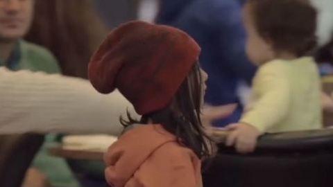 Így zavarják el a járókelők a hatéves kislányt, ha rosszul öltözött