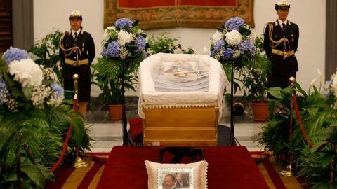 Bud Spencer ravatala előtt kígyózó sor áll, holnap temetik