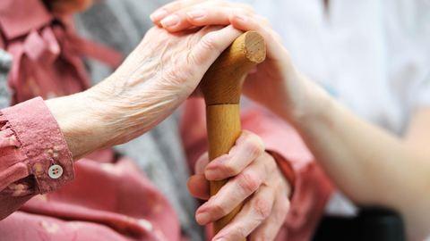 Elvehetik a nyugdíjat az ápolásra szoruló idősektől