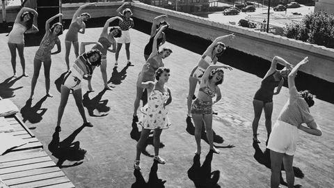 Magassarkú, hálóing, mosoly: így tornáztak régen a nők