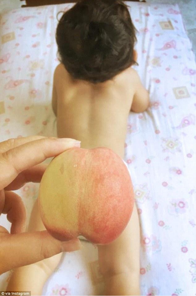Hódít a legújabb babás őrület: gyümölcsfeneket csinálnak a kicsiknek a szülők
