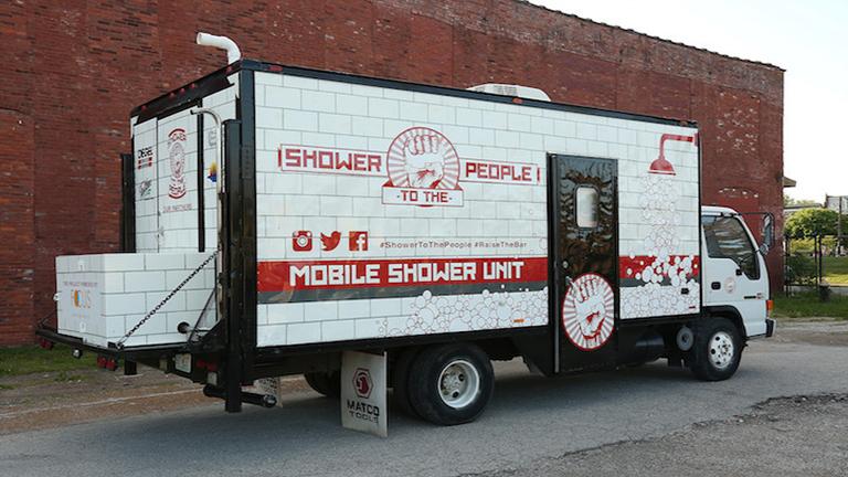 Mobil zuhanyzót csinált a teherautóból, hogy hajléktalanokon segítsen