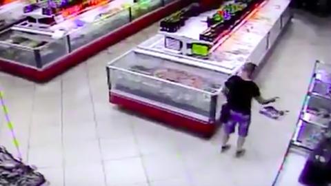 Élő hal ugrott a vásárló kosarába a szupermarketben