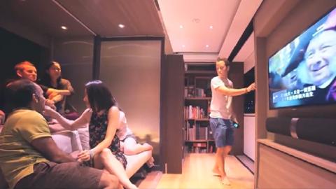 Pár négyzetméter ez a high-tech lakás, mégis sok ember elfér benne – videó