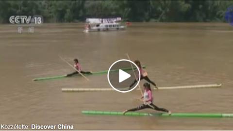 Bambuszrúdon egyensúlyoznak a kínai evezősnők
