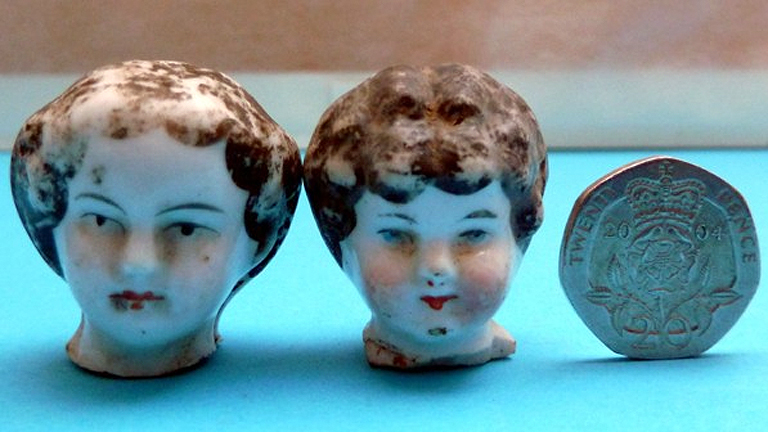 Egy családi ház kertjében talált porcelából készült babafejek - valószínűleg ezzel játszott a család gyereke (Fotó: Tom Licence)