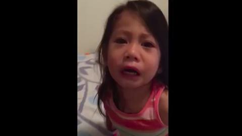 Mentőt akart hívni a hároméves kislány menstruáló nővérének – videó
