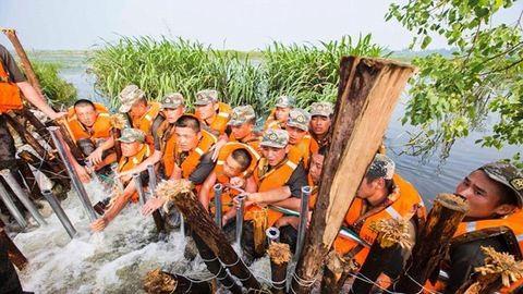 Saját testükkel akadályozták meg a katonák, hogy az árvíz betörjön a városba