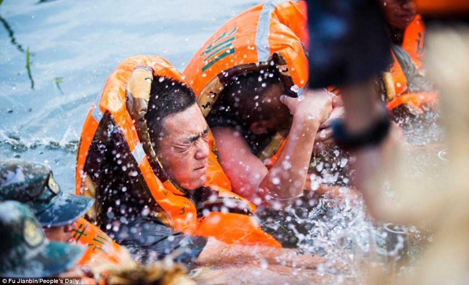 Saját testükkel akadályozták meg a katonák, hogy az áradás betörjön a városba
