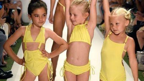 Kislányokat küldtek a kifutóra, botrány lett a bikinibemutatóból