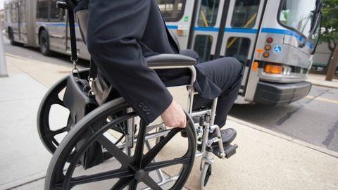 Egyik sofőr sem engedte fel a buszra a kerekesszékes férfit