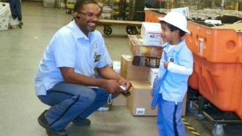 Életmentő meglepetéssel készült kedvenc postásának a nyolcéves kisfiú