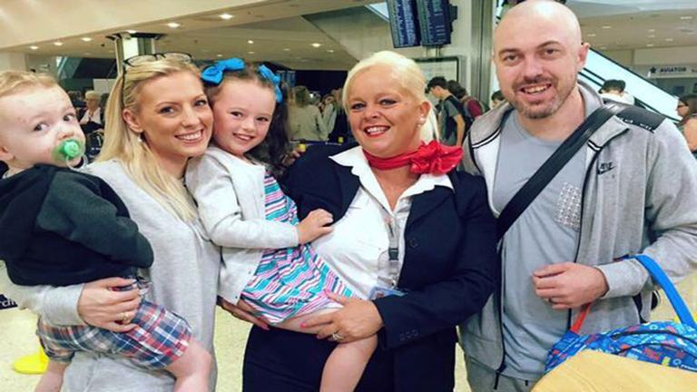 Kidobták a családot a repülőről, mert gyerekük bárányhimlős volt