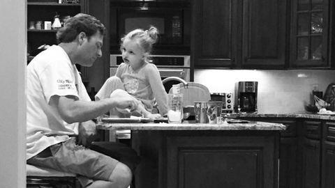 Egy emberként rajong a net a lányával vacsorázó apukáért