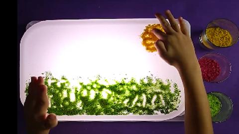 DIY színes homok, amivel játszva tanulhatnak a gyerekek