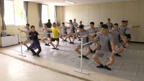 Balettórákat vesznek a katonák – videó