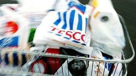 Gondban a Tesco, üresek a polcok a munkaerőhiány miatt