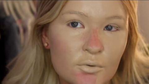 Magára kent egy csomó alapozót, szétégett az arca – videó