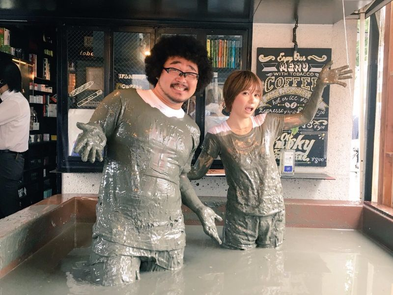 Itt az új japán őrület: imádják a tokióiak a sárban úszó bárt - fotók