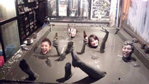 Itt az új őrület: imádják a japánok a sárban úszó bárt – fotók