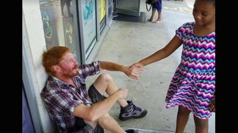 Megható: így vigasztalta a kislány a síró hajléktalant