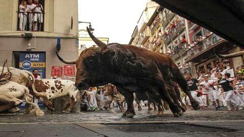 Beugrott a bankba egy bika Spanyolországban – videó