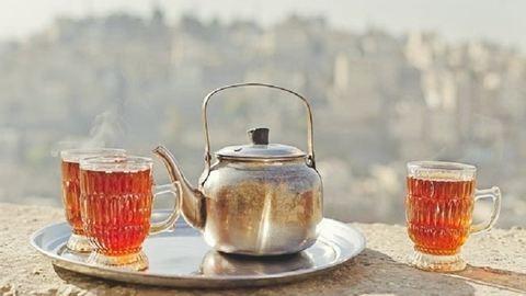 Kiderült: tényleg jobban lehűt a kánikulában egy forró tea, mint egy fagyi