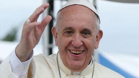 Ferenc pápa elbukott – videó