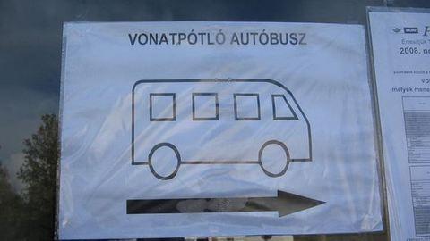 Dunántúli vonatkáosz: elmosta a víz a pályát