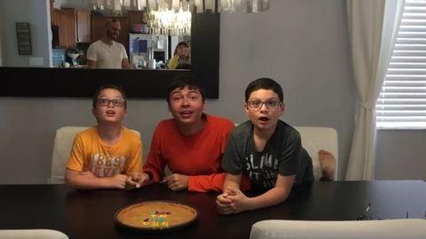 3 fiú cuki reakciója az anyjuk új terhességének hírére – videó
