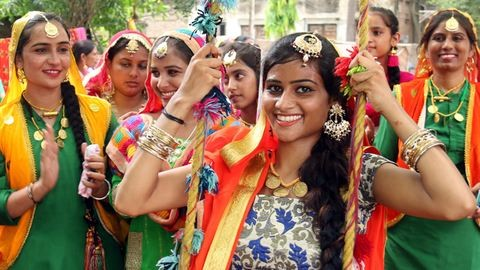 Férjeiket ünneplik a nők a világ egyik legszínesebb fesztiválján