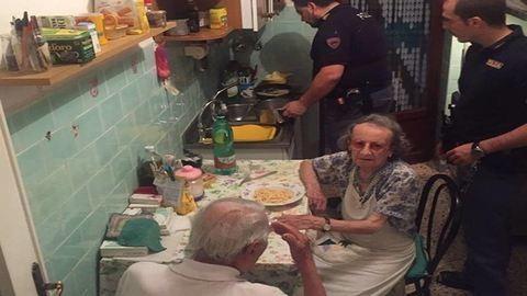 Vacsorát főztek a rendőrök az idős házaspárnak, miután sírni hallották őket