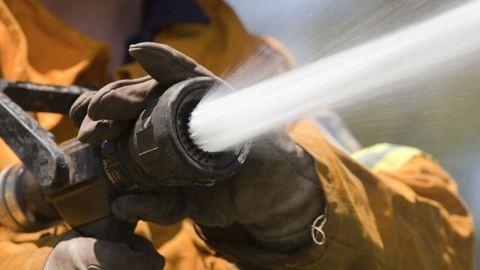 Tűz az M1-esen, szabadnapos tűzoltó fékezte meg