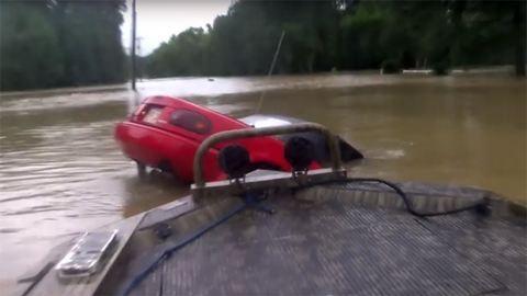 Drámai videó: süllyedő autóból mentik a nőt és a kutyáját