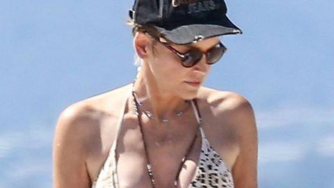 Sharon Stone a mellbimbóját is napoztatta a strandon