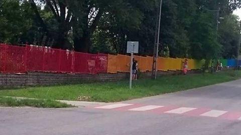 Szivárványszínű kerítés miatt lett pánik Pomázon
