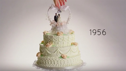 Ezt imádni fogod: 100 év esküvői tortái 3 percben – videó
