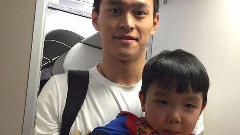 Alkalmi bébiszitter lett a kínai olimpikonból a repülőn