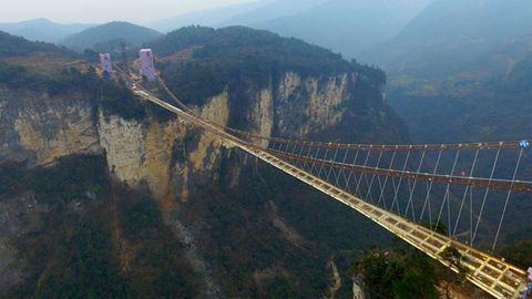 Végre a turisták is borzonghatnak a gigantikus üveghídon