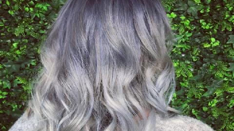 Íme a legújabb frizuratrend: a szürke árnyalataiban hódít az ombre haj – fotók