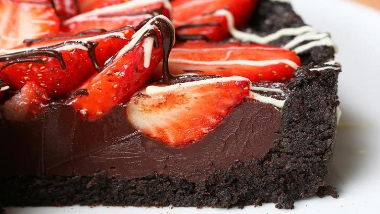 Zseniálisan egyszerű és mennyei epres-csokis torta