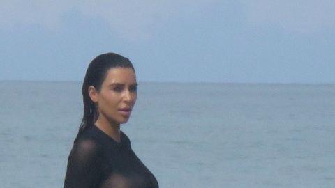 Kim Kardashian pucér melle retusálatlanul is formás