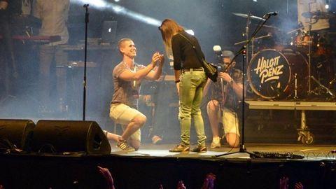 Felosont a nagyszínpadra, és megkérte a barátnője kezét – videó