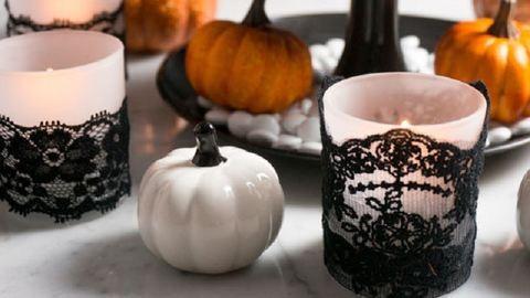 Gyönyörű dekoráció őszi estékre: csipkés gyertyatartó