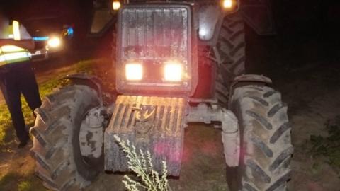 Traktorral próbált elmenekülni egy férfi a zsaruk elől – fotók